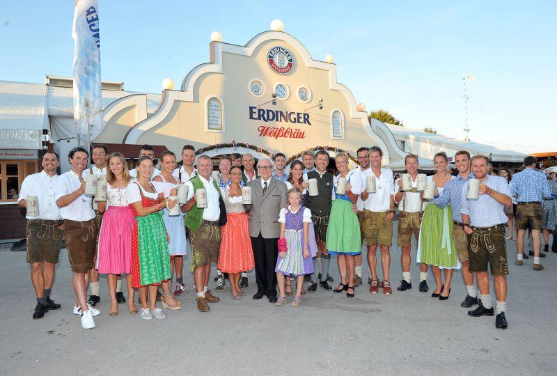 Werner Brombach, Inhaber der Privatbrauerei ERDINGER Weißbräu, begrüßt die Team