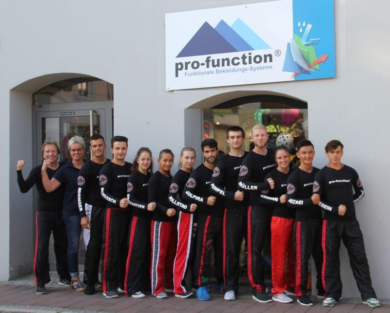 Stolz präsentiert sich die Wettkampfmannschaft der Erdinger Kickboxer  in den von pro-function® gesponserten High-Tech Shirts.
