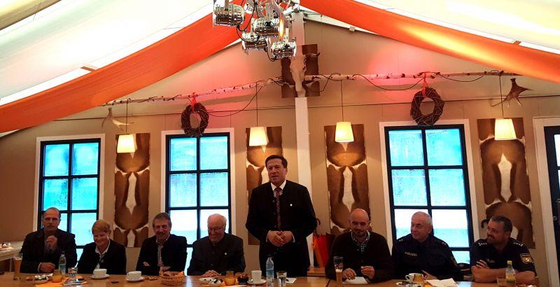CC BY Seeger/ Oberbürgermeister Max Gotz bei seiner Eröffnungsrede im Cafe-Zelt-