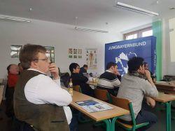 Jungbayernbundsmitglieder hören gespannt den Ausführungen von Andreas Zimmer bei dessen Vortrag zum Bildungsurlaubsgesetz zu.